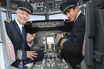Deutschland, Bayern, München, Pilot und Co-Pilot im Flugzeug-Cockpit