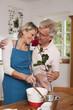 Deutschland, Kratzeburg, erwachsener Mann mit roter Rose, kocht zusammen mit Frau