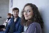 Deutschland, Leipzig, Mann und Frau lächelnd, Studenten im Hintergrund