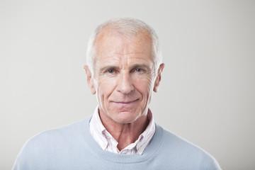 Mann, stehend gegen grauen Hintergrund