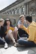 Deutschland, Berlin, Mann und Frau mit Laptop und diskutieren gemeinsam