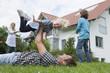 Deutschland, München, Familie, die Spaß im Garten hat