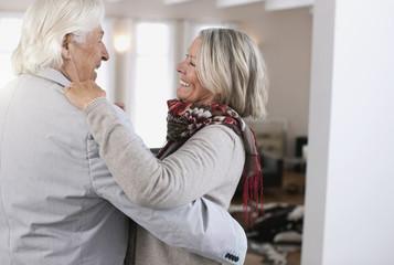 Deutschland, Wakendorf, älteres Paar, Senioren tanzen, lächeln