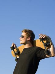 Österreich, Junger Mann mit Skateboard