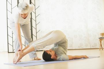 Zwei Frauen, die Übung auf Fitness-Matte machen