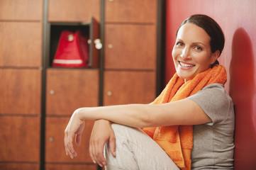 Frau in Umkleidekabine, Lächeln