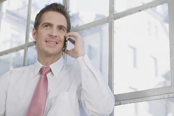 Deutschland, München, Geschäftsmann mit Handy