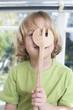 Porträt eines Jungen mit Holz-Gabel