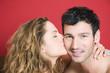 Junges Paar, Frau küsst Mann