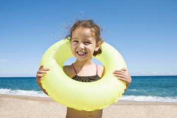 Frankreich, Korsika, Mädchen trägt Schwimmreifen, Lächeln