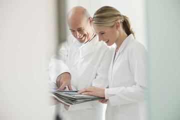 Deutschland, Bayern, Landsberg, zahnarzt und Assistentin halten Dokumente