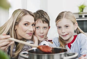 Deutschland, Köln, Mutter und Kinder schmeckende Sauce