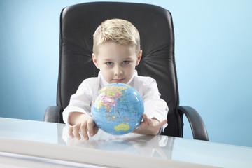 Junge Blick auf Globus