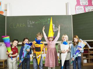 Die Schülerinnen und Schüler halten Schultüten