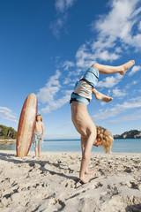 Spanien, Mallorca, Kinder spielen am Strand