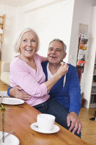 Deutschland, Leipzig, ältere Frau, Seniorin sitzt auf Schoß des Mannes