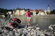 Deutschland, Bayern, Bad Tölz, Frau entspannt am Ufer