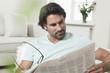 Deutschland, Berlin, erwachsener Mann liest Zeitung