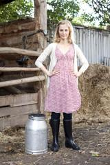 Deutschland, Sachsen, Junge Frau mit Milchkanne