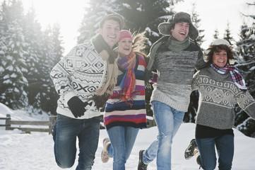 Österreich, Land Salzburg, Flachau, Junge Leute, die Spaß im Schnee haben
