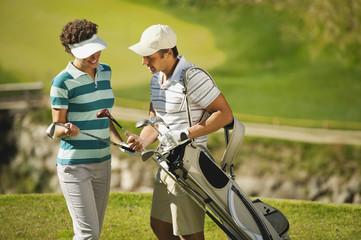 Italien, Kastelruth, Golfer wählen den richtigen Schläger