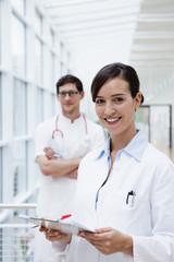 Deutschland, Bayern, Diessen am Ammersee, Zwei junge Ärzte mit Clip Bord und Stift