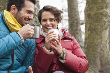 Deutschland, Berlin, Wandlitz, Paar trinkt Kaffee
