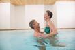 Älteres Ehepaar im Schwimmbad