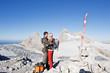 Österreich, Steiermark, Dachstein, Paar umarmt auf Berg