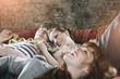 Deutschland, Berlin, jungen Menschen und Frauen entspannt auf der Couch