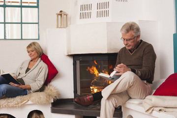 Deutschland, Kratzeburg, älteres Paar, Senioren lesen