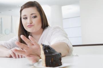 Deutschland, Köln, junge Frau verweigert Kuchen