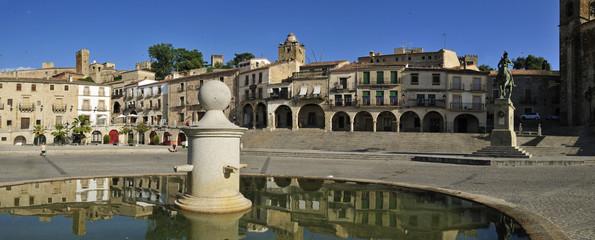Europa, Spanien, Extremadura, Trujillo, Ansicht von Plaza Mayor bei Stadtplatz mit Brunnen im Vordergrund