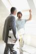 Zwei Männer im Gespräch auf der Baustelle
