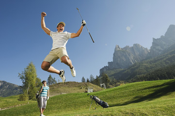 Italien, Kastelruth, Paar mittleren Alters auf Golfplatz