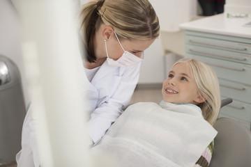 Deutschland, Bayern, Kind beim Zahnarzt