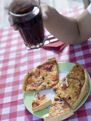 Pizza auf dem Teller, junger Mann mit Glas