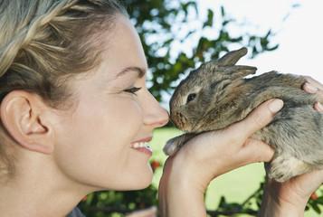Italien, Toskana, Junge Frau mit Kaninchen, close up