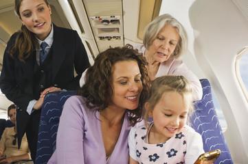 Deutschland, München, Bayern, Menschen mit Handy in der Economy-Klasse Verkehrsflugzeug