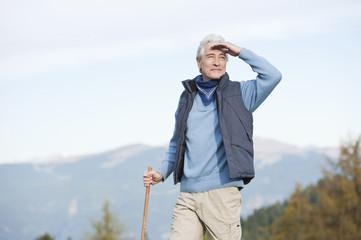 Italien, Südtirol, erwachsener Mann, Wandern in Dolomiten