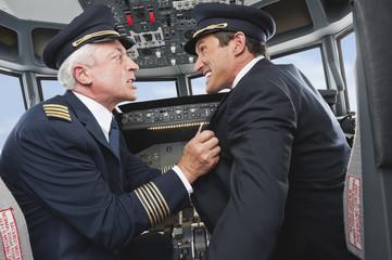 Deutschland, Bayern, München, Pilot und Co-Pilot kämpfen im Flugzeug-Cockpit