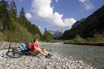 Österreich, Tirol, Ahornboden, Mountainbiker fahren über Autobahn
