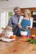 Deutschland, Kratzeburg, älteres Paar, Senioren kochen