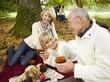 Deutschland, Baden-Württemberg, Schwäbische Alb, Drei Generation Familie beim Picknick im Wald