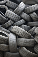 Stapel von gebrauchten Reifen für die Wiederverwertung, Vollbild