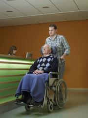 Deutschland, Hamburg, Mann schiebt Senior im Rollstuhl