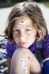 Deutschland, Bayern, Verletztes Mädchen sitzend auf der Straße nach Fahrrad-Unfall