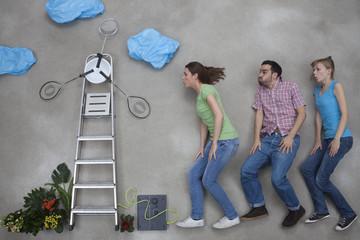 Mann und Frau mit Windrad