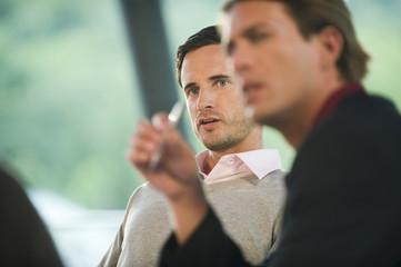 Deutschland, zwei Geschäftsleute in Sitzung