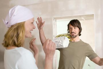 Junges Paar auf der Baustelle, machen Quatsch
